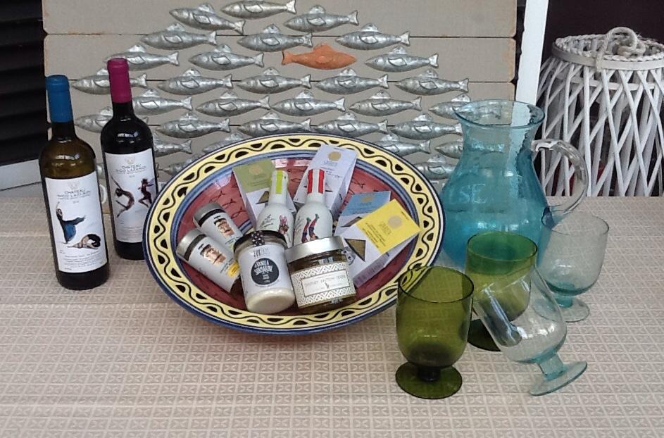 Ιδέες για δώρο , Πιατέλα με  παραδοσιακά – ποτήρια – κανάτα – κρασιά .